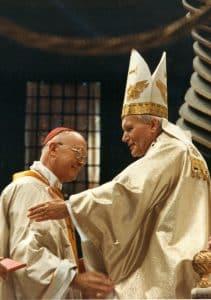 Lors de la Béatification de Jeanne Jugan, le Cardinal Gouyon salue le Pape Jean-Paul II