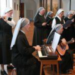 Chorale faite de Petites Soeurs et de novices