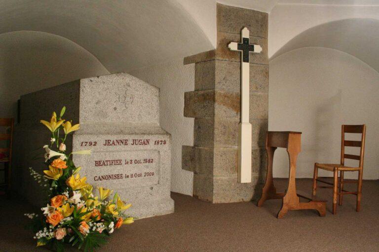 tombe de Jeanne Jugan dans la crypte de la chapelle de La Tour St Joseph