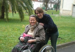 jeune fille et personne âgée en fauteuil roulant