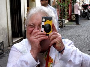 personne âgée faisant une photo