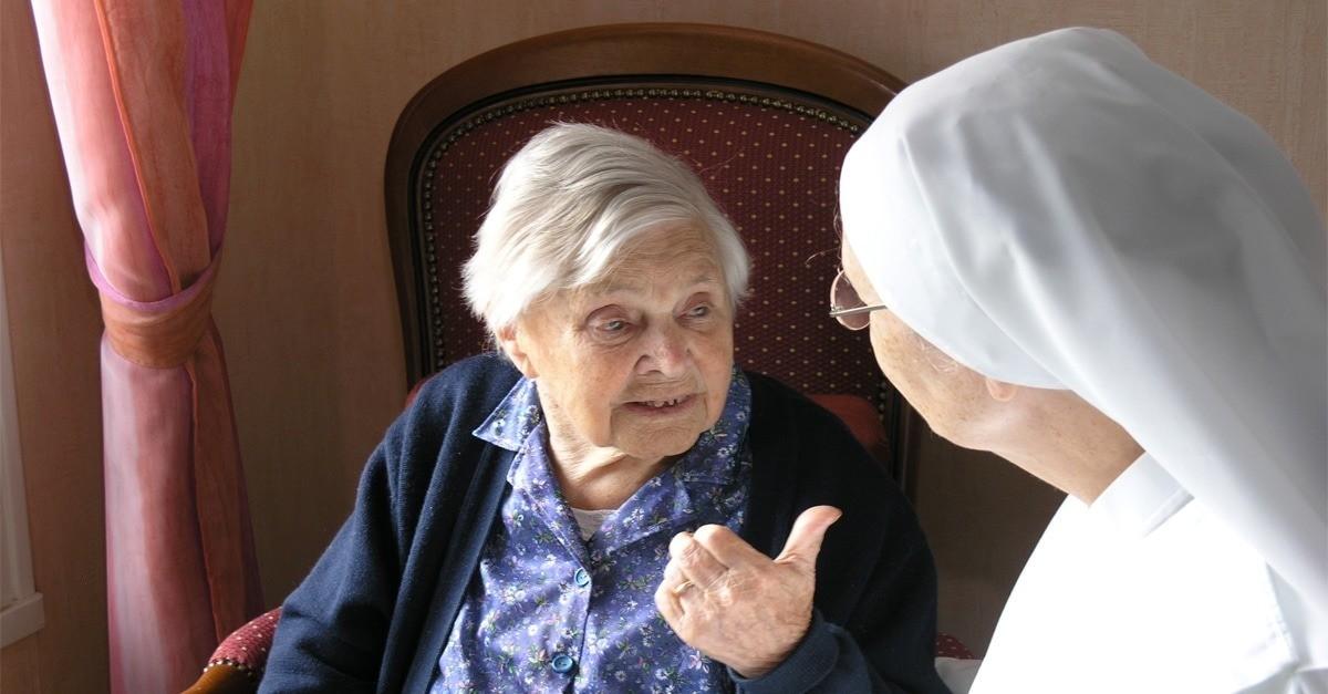 personne âgée parlant à une Petite Soeur