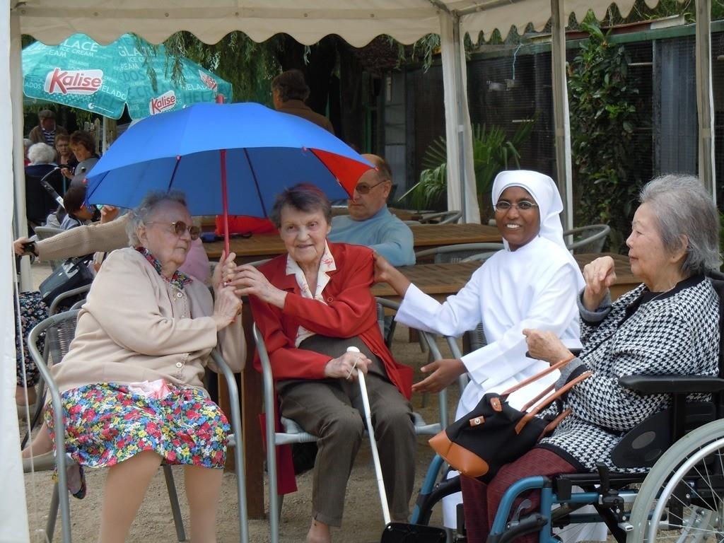personnes âgées et petite soeur dans le jardin