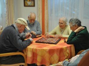 Résidents de Ma Maison de Paris Picpus jouant aux cartes