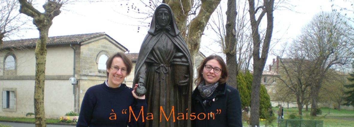 statue de Jeanne Jugan avec de chaque côté deux jeunes filles