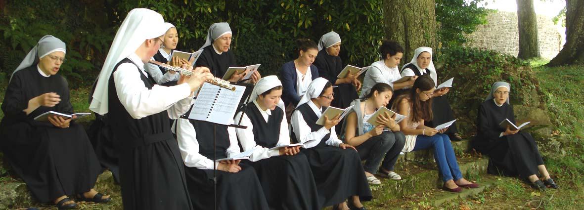 groupe novices en prière dans le jardin