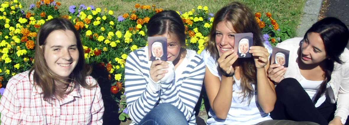 Jeunes avec image de Jeanne Jugan
