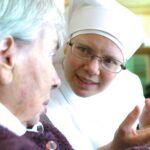 visage d'une petite soeur avec une personne âgée