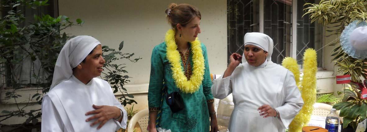 jeune fille avec deux petites soeurs en Inde