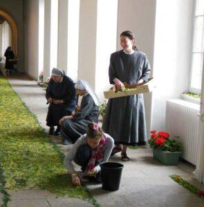 Préparation des parterres de feuilles pour la fête Dieu