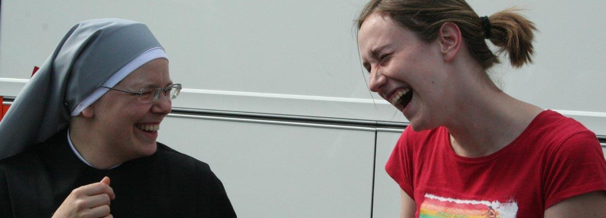 jeune et petite soeur riant