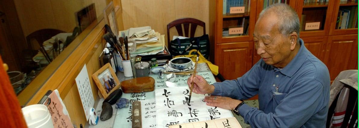 personnes âgées peignant des lettres chinoises