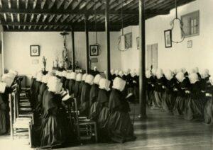 Groupe de Petites Soeurs en prière - ancienne image