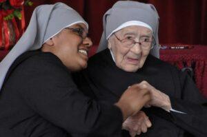 Notre Petite Sœur Madeleine de Ste Gertrude avec ses 80 ans de profession et bientôt 103 ans nous montre un bel exemple de joie.