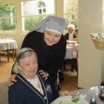 Mère générale et une personne âgée
