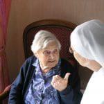 conversation petite soeur et d'une personne âgée